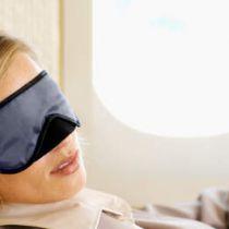 Slapende vrouw wordt vergeten in vliegtuig