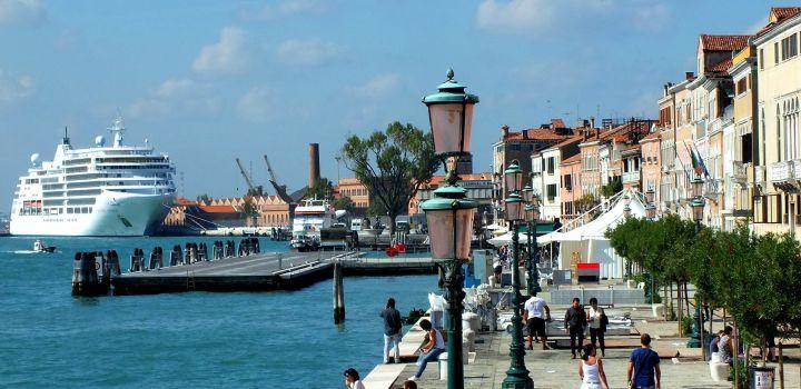 Hoe lang mogen cruiseschepen nog door Venetië varen?